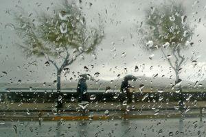 con viento y lluvia